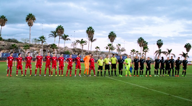 it´s not normal for the team to look at the ocean while they shake hands for a friendly game
