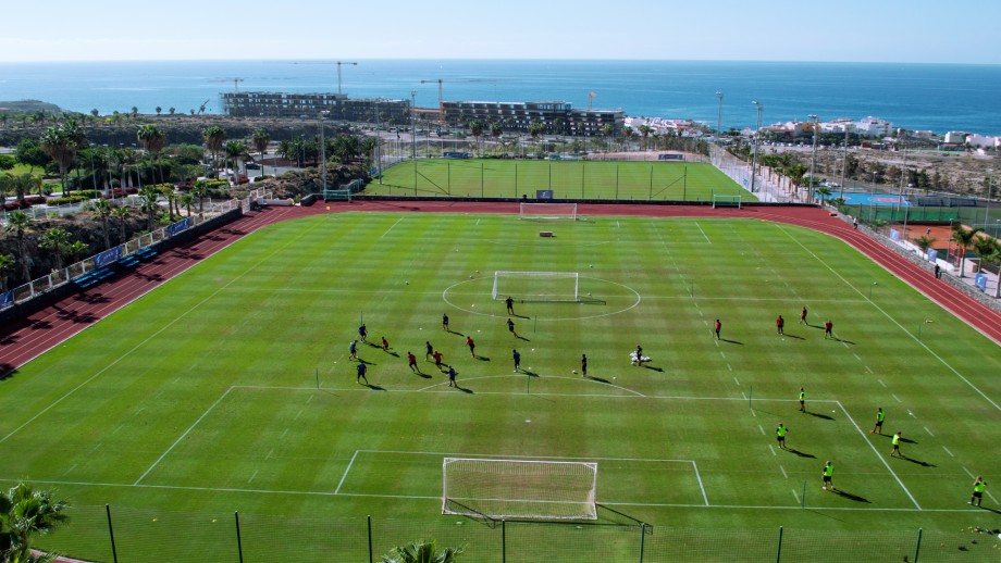 Two football pitches and more space to do specialized training. The perfect place for a professional football training camp in spain