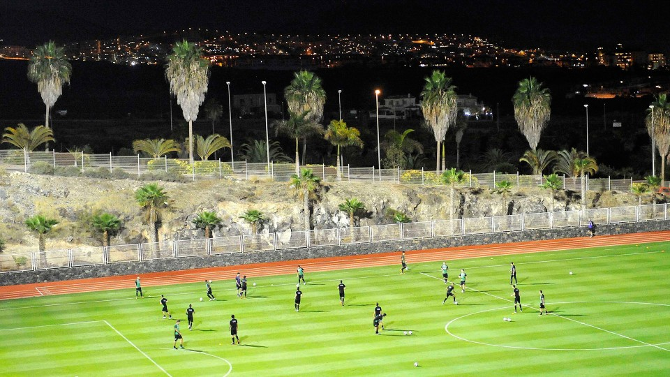If another team books a pitch at the same time as you, we can organize a friendly game at Tenerife Top Training for you.