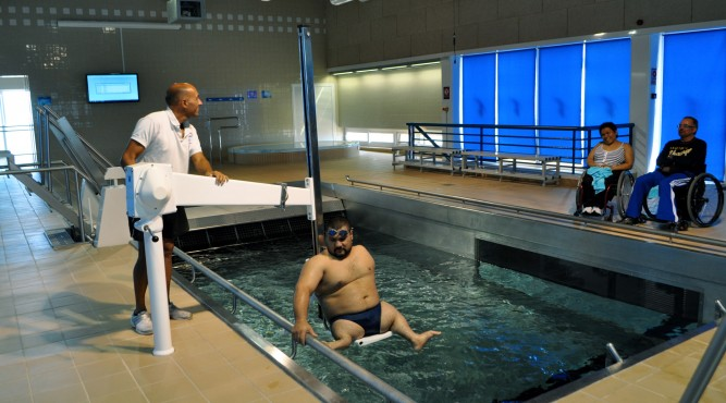 stationarie pool lift used to help athletes in the pool