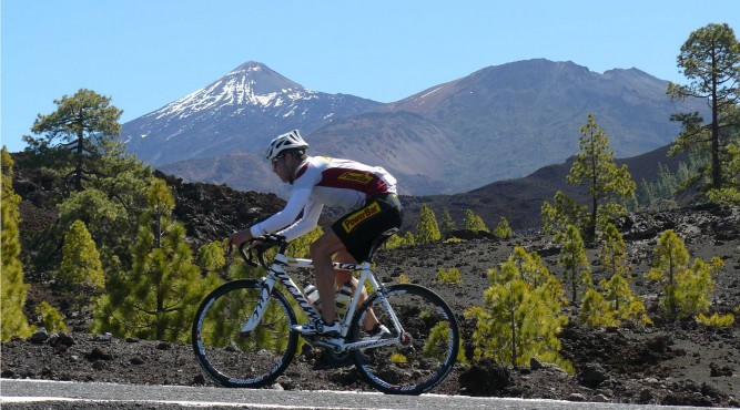 cyclist with teide panorama