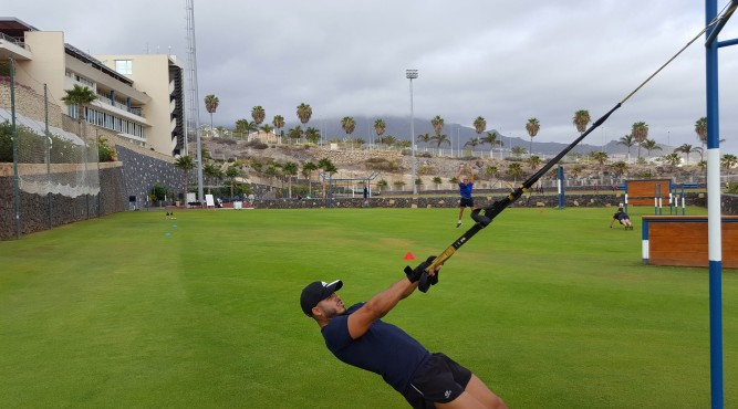 athlete doing TRX-exercise