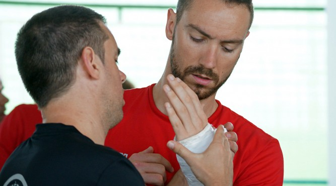 Jérémy Stravius coach is checking his injured arm