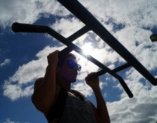 Viktoria Schwarz is doing pull ups under the blu sky of Tenerife
