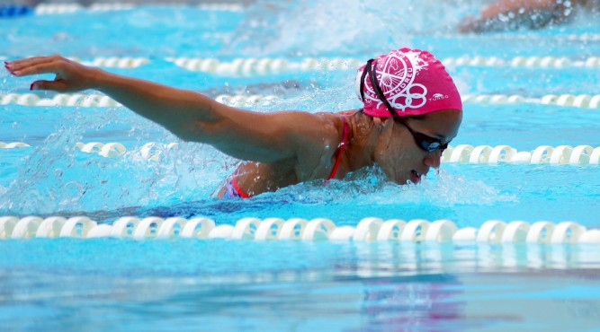África Zamorano is swimming butterly and spreads the arms