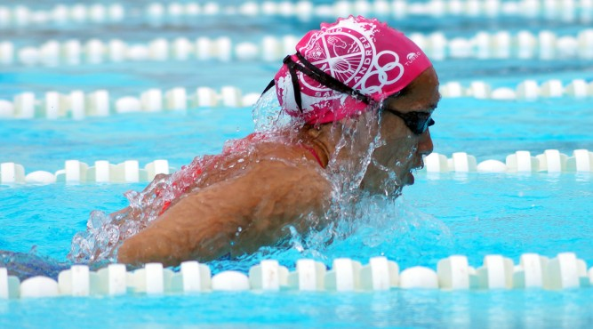 África Zamorano swims breaststroke and comes out of the olympic pool