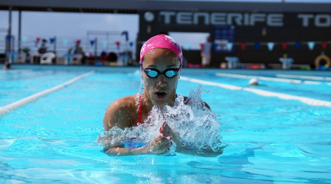 África Zamorano is swimming breaststroke