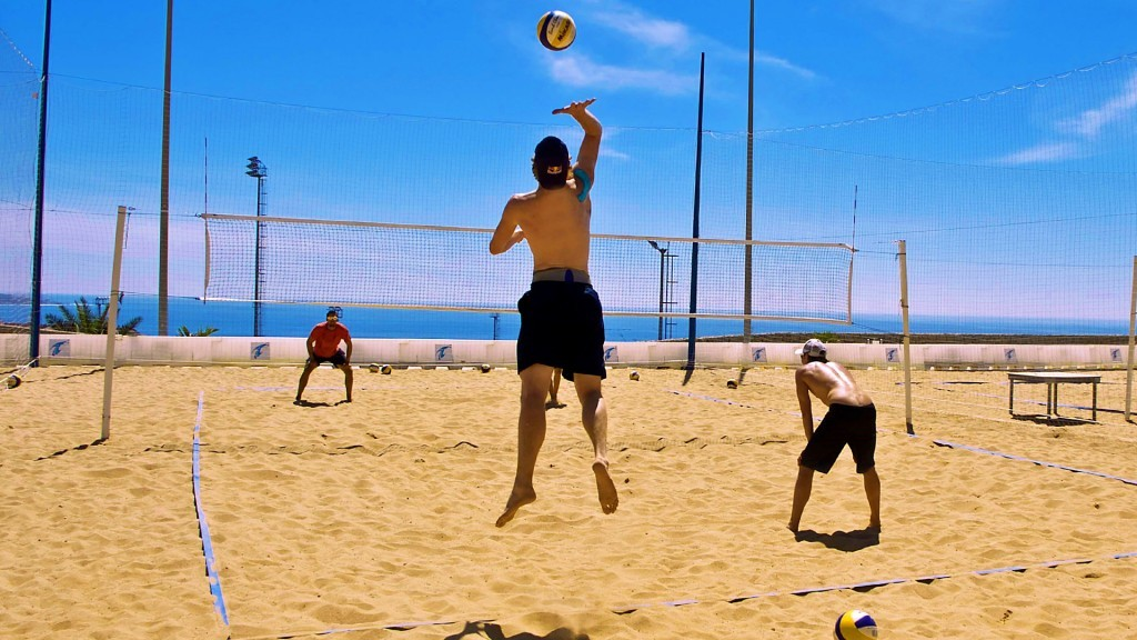 A player serving on one of the beachvolleyball courts in the T3